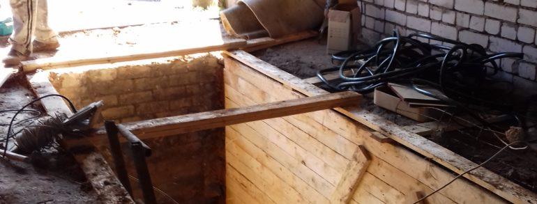 Копка в ручную смотровой ямы в гараже с вывозом земли контейнером ( Кохомское шоссе)